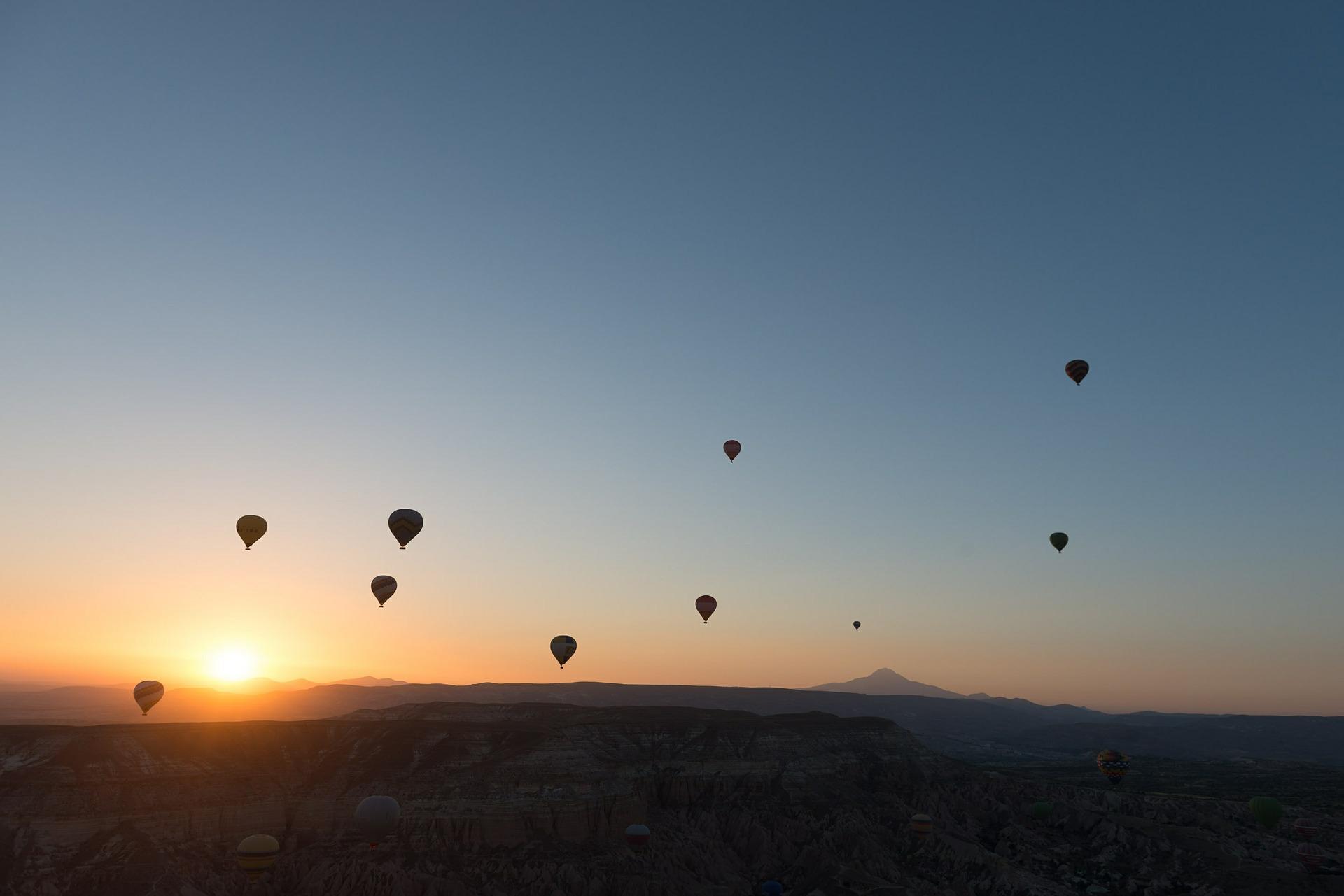 hot-air-ballooning-436441_1920